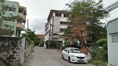 ขายอาคารสภาพเก่า 4 ชั้น ทำเลติดถนนในซอย ไม่ไกลสวนหลวง ร.9 และสนามบิน