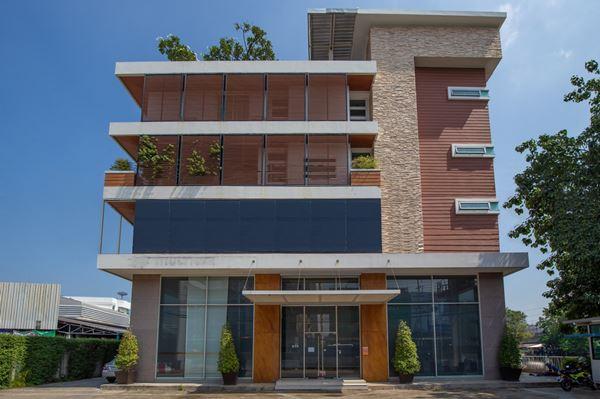 ให้เช่า อาคารพาณิชย์/โชว์รูม/ออฟฟิศ สไตล์โมเดิร์น 2 ชั้นครึ่ง ทำเลดี ติดถนนศรีนครินทร์