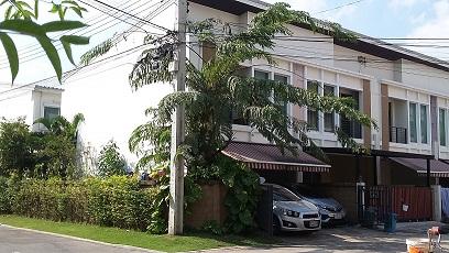 ทาวน์โฮมมุม2ชั้น 3.199ลบ.กว้าง8ม. 29.4ตรว.3น2น้ำ บ้านกลางเมือง อ่อนนุช-วงแหวน ปากซอยลาดกระบัง1ก/16 ติดถนนใหญ่ ใกล้ตลาดวัดลานบุญ ,Airport Linkลาดกระบัง