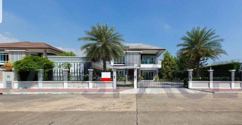 ขายบ้านเดี่ยว หลังใหญ่ ธัญธานี โฮมออนกรีน (Home On Green Thanya Thani) วงแหวน-รามอินทรา บ้านอยู่ในทำเลสุด Exclusive หน้าสนามกอล์ฟ (มีเพียง 5 หลังเท่านั้น) บรรยากาศส่วนตัวน่าอยู่  – บ้านเดี่ยวหลังใหญ่ แปลงมุมตกแต่งหรูมีสไตล์ – เนื้อที่ 268.7 ตรว. – พื้นที่ใช้สอย 675 ตรม. – จัดสรรพื้นที่ได้ลงตัวทุกฟังชั่นการใช้งาน พร้อมเฟอร์นิเจอร์สวย พร้อมเข้าอยู่อาศัยได้เลย