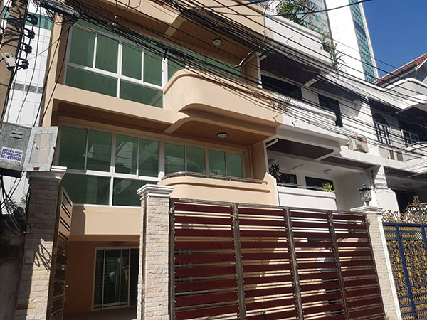 ขายด่วน ทาวน์โฮม ตกแต่งใหม่พร้อมลิฟท์ สุขุมวิท ใกล้ BTS ทองหล่อ For Sale Newly renovated Town home with Lift Sukhumvit Near BTS Asoke