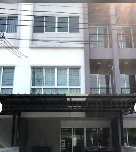 ให้เช่าทาวน์โฮม 3 ชั้น หมู่บ้านลุมพินี ศรีนครินทร์ ใกล้ BTS แบริ่ง  มี 3 ห้องนอน 3 ห้องน้ำ พื้นที่ 145 ตรม